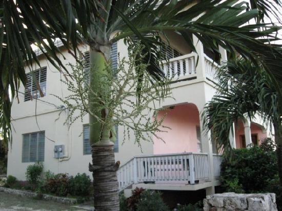Hilltop Apartments: Outside