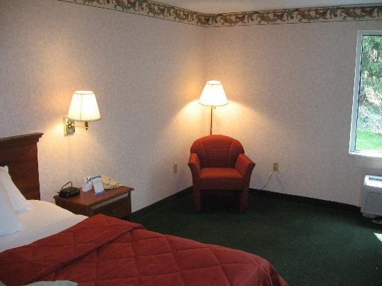 Baymont Inn & Suites Bartonsville Poconos: The easy chair from the hallway
