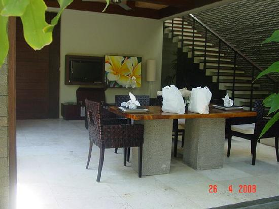 Le Jardin Villas: Dinner table and Living room