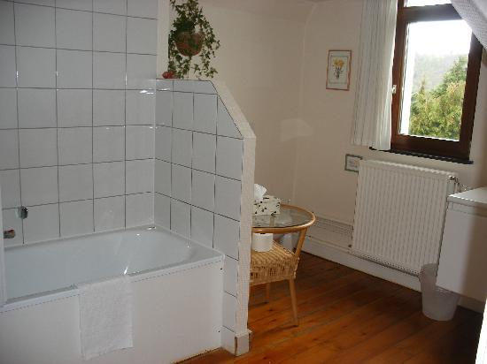 L'Etape Fagnarde: Large bathroom