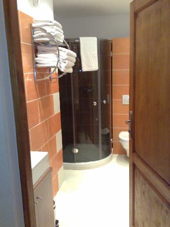 Neohotel Airport: Shower room