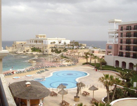 The Westin Dragonara Resort, Malta: shabby pool area