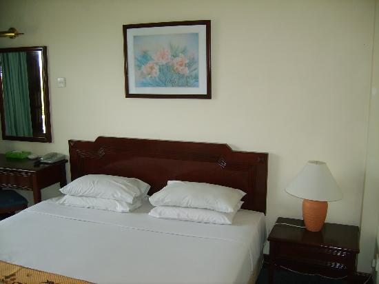 The Lanai Langkawi Beach Resort: Our bed was over 6ft wide!