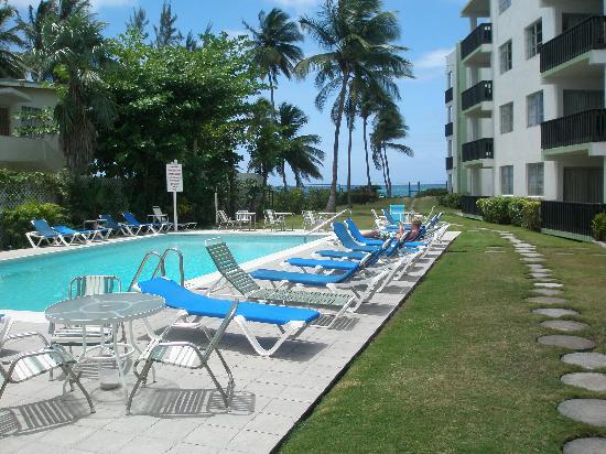 Magic Isle Beach Apartments: Pool area looking towards sea