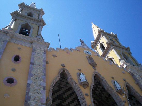 Mercado Municipal: Cathedral across the strett