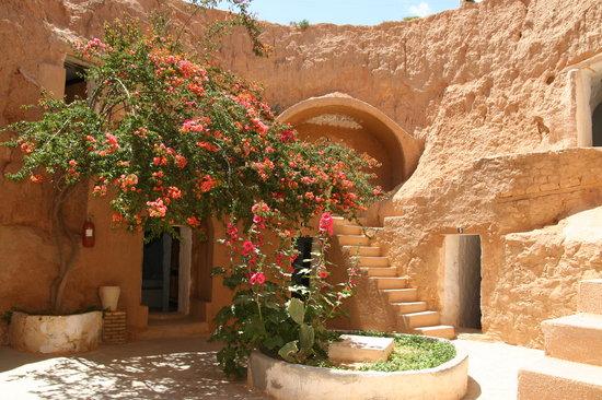 Hotel Marhala: un des patios. les portes = les chambres
