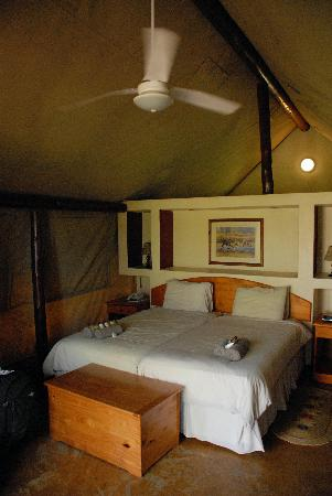 Hluhluwe, South Africa: Interior of tented camp