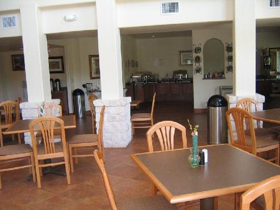 Inn on Barons Creek: breakfast room which overlooks into the pool/creek area.