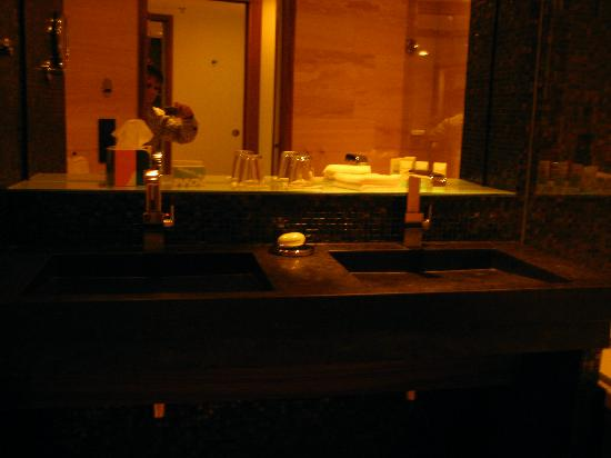 Avalon Hotel: Double Sink