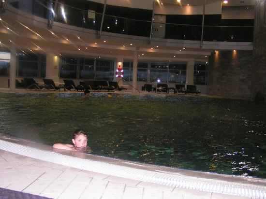 Le Meridien Lav Split : Indoor pool - 6 year old daughter LOVED it, and the bar made it quite nice for us adults too...