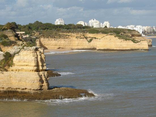 Porches, Portugal: vue sur le gros rocher de la plage privée