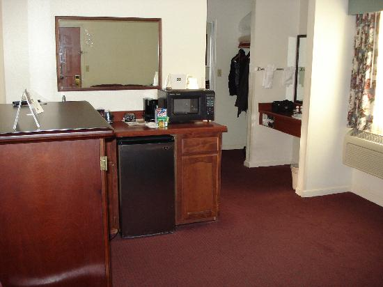 Best Western Salinas Monterey Hotel: looking towards microwave, frig, sink area