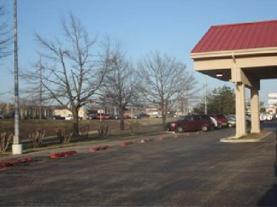 Sooner Legends Inn & Suites : Hotel Front Entrance