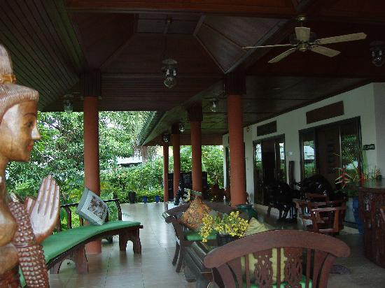 Chaweng Bay View Resort: The open air lobby area.  On the back right of this shot are tour facilities for day trips on Sa