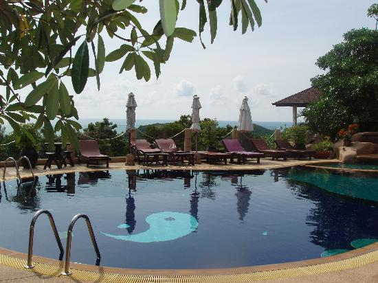 Chaweng Bay View Resort: The pool overlooked the whole property from the top of the hill and was nicely decorated.