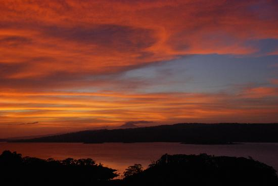 Loma Linda: Sunset over Lake Arenal