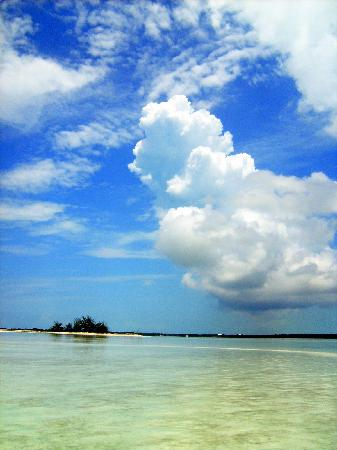 Great Exuma: The view of a rain cloud from the sand bar