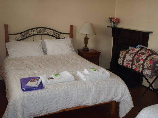 Sydney Harbour Bed and Breakfast: Our first room -lovely!!