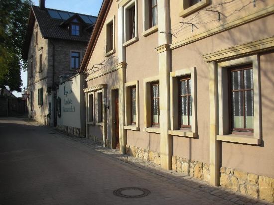 Weingut Espenhof: House from side street - Courtyard entrance