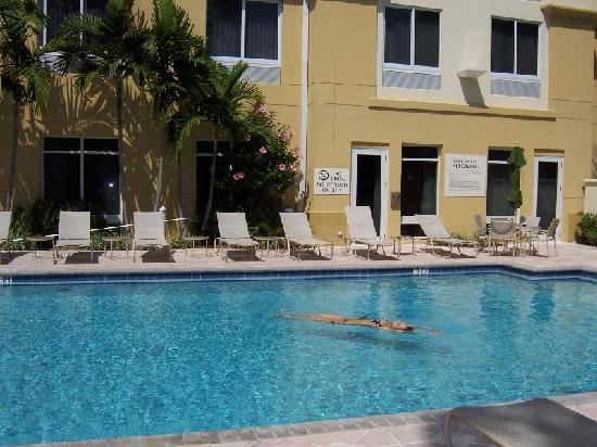 Hilton Garden Inn Ft. Lauderdale Airport-Cruise Port: lazy day at the pool.....