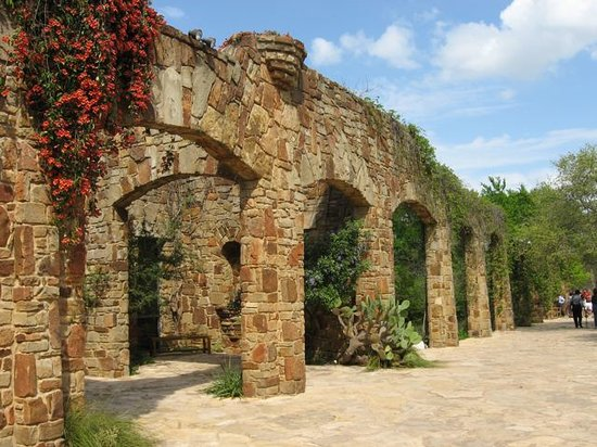 Lady Bird Johnson Wildflower Center: Arches along the entrance