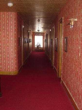 Express St. James Hotel: hallway view