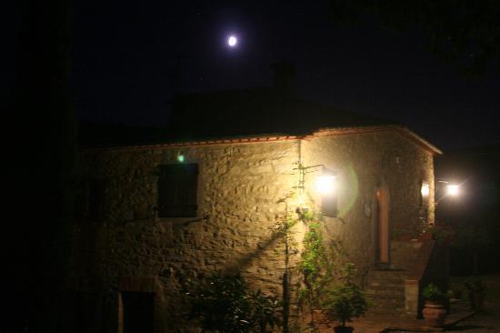 Locanda La Capannuccia: La Capannuccia at night