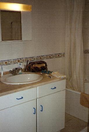 Jardins da Falesia: Bathroom with furniture