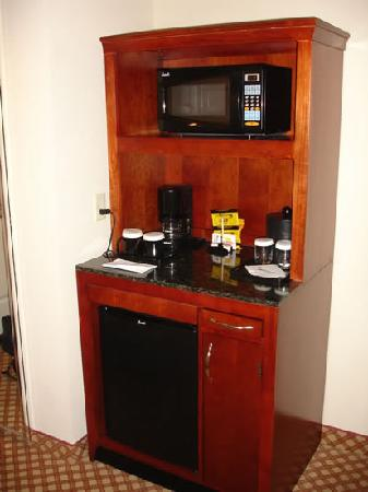 Hilton Garden Inn Tucson Airport: Refrigerator (no minibar) and microwave, also coffee maker