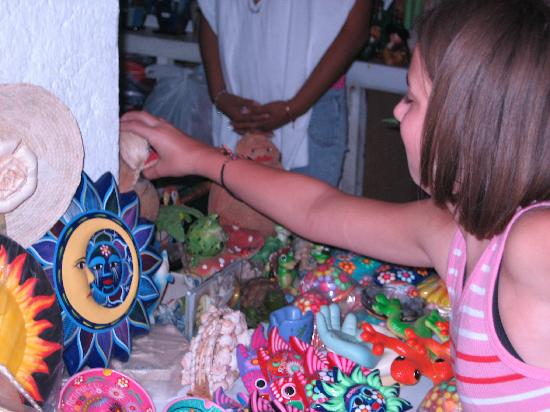 Zocalo : daughter shopping for crafts