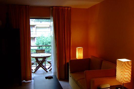 Neotelia Pavillon Riviera : Low lit lounge