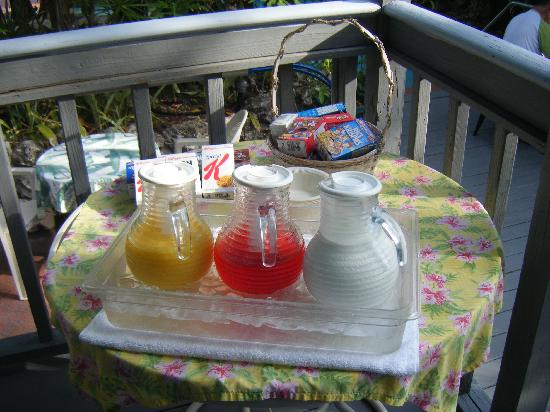 Westwinds Inn: Petit déjeuner au bord de la piscine - Breakfast close to the pool