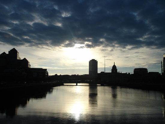 Dublin, İrlanda: Tramonto sul fiume Liffey