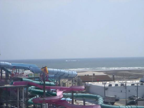 Beach Terrace Motor Inn: Different view from balcony.