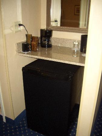 Courtyard Hartford Cromwell: mini fridge and coffee maker
