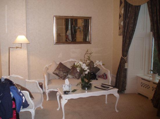 La Haule Manor: The Seating area in our room