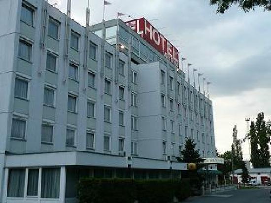 Hotel Wien - outside view (yes, looks like an old Communist block!)