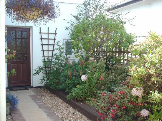 Cherry Villa Bed & Breakfast: Il giardino che porta alla nostra stanza