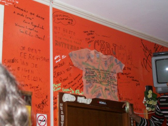 Backpackers Hostel Roma: the t-shirt we gave to the hostel with our signatures