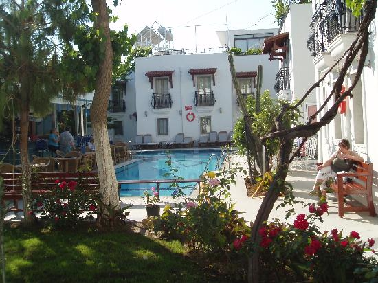 Hotel Istankoy Bodrum: poolside view