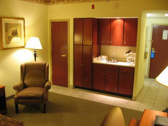 La Quinta Inn & Suites Louisville Airport & Expo: Room, opposite view