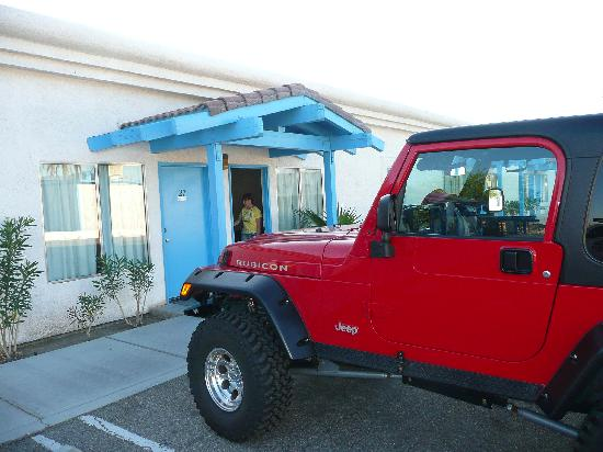 Santa Fe Motel: Parking outside our room at Wills Fargo.