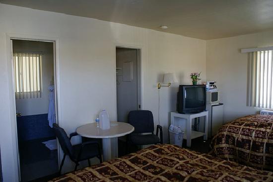 Safari Motor Inn - Joshua Tree: View of tv/ closet/ bathroom