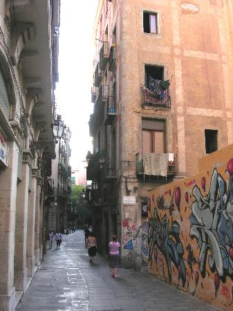 Mercer House Boria BCN: Alley going out to the street
