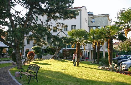 Ai Pini Park Hotel: giardino esterno all'hotel