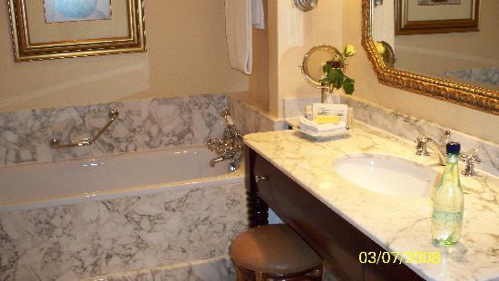 Victoria & Alfred Hotel: King Room Bath