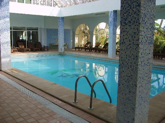 Piscine couverte de l 39 h tel photo de hotel paradis for Piscine couverte prix