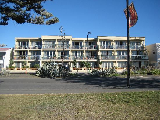 Pebble Beach Motor Inn: Front view