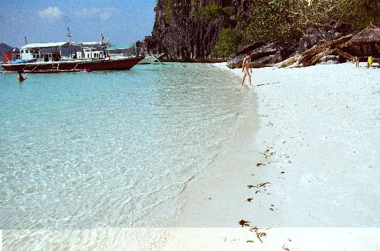 Discovery Island Resort and Dive Center: Banol Beach on Coron Island
