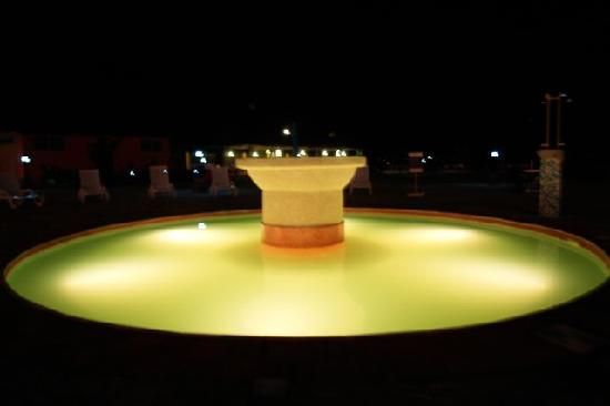 Hotel South Beach Resort Dar Es Salaam: 20+ person Jacuzzi with funky changing lights and fountain
